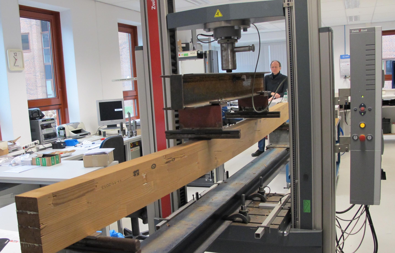 Druksterkte houten bouwmaterialen testen bij SHR. | SHR